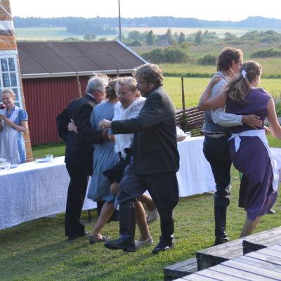Dans i teaterpjäsen Gränsjägarens brud i Sjundeå