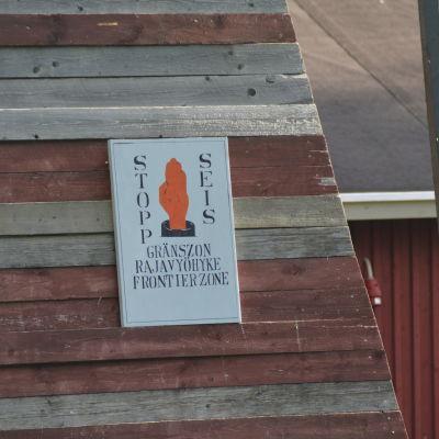 Varningsskylt på ett vakttorn vid gränsen.