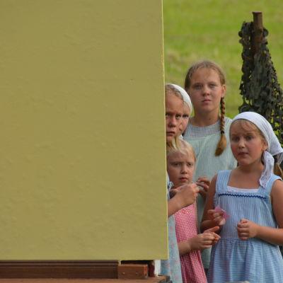 Barnskådespelare tittat ut bakom kulisserna.