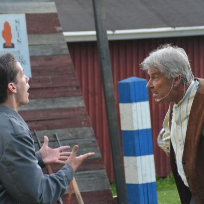 Rauli Juvonen får en utskällning av svärfar Henrik som spelas av Göran Backman.