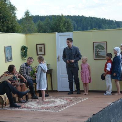 Rauli Juvonen besöker kommunpolitikerfamiljen för att be om att Sjundeå får en finskspråkig skola.