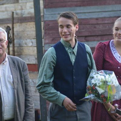 Regissör Sven Sid tillsammans med skådespelare Henrick Wickström och Ida Flemmich efter premiären.