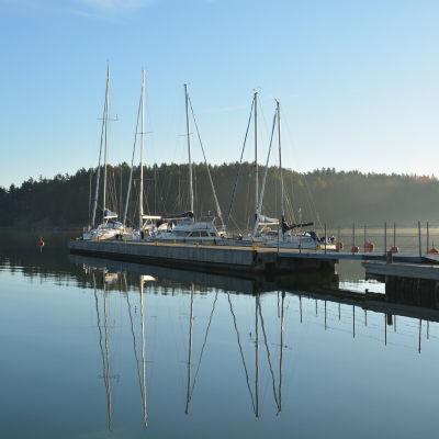 Bryggorna i Barösund en morgon.