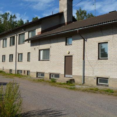 Den gamla skolbyggnaden har sålts för 170 000 euro.