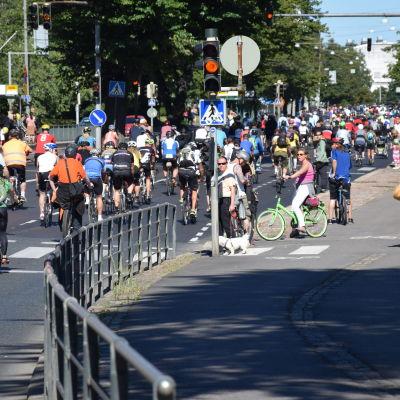 Cyklister deltar i cykelmarsch för död cyklist 16 augusti 2015