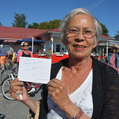 Anna-Leena Molander visar upp sin autograf av Sauli Niinistö.