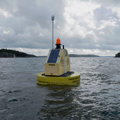 Här ser vi ODAS-bojen på havet utanför Själö.