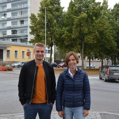 Skolgångsbiträde Rikard Lindroos och elevkårens lärarrepresentant Johanna Räihä-Jungar vid Vasa övningsskolafrå
