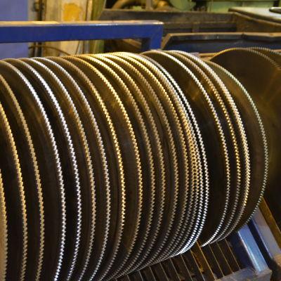 Med de här betten sågas det hårda stålet som sedan ska bli stålrör.
