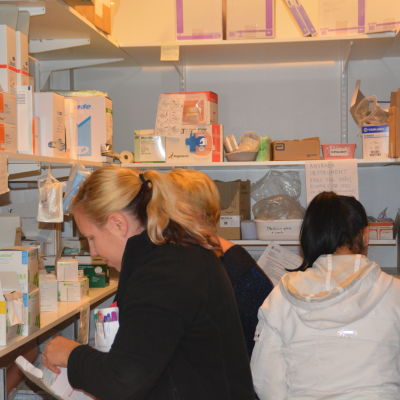 Hemvårdare i materialförråd innan det bär av till klienterna.