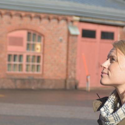 Arkitekt Jenni Lautso från företaget Sito beundrar Karis järnvägsstation.