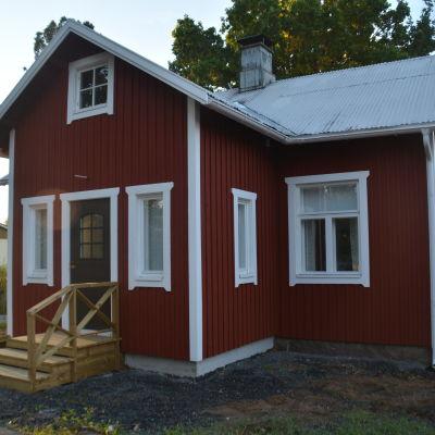 Ingå musei- och hembygdsförening har renoverat Smedsvillan i Dal, Ingå.
