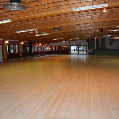 Dansgolvet är stort i Tanhuhovi i Lojo.