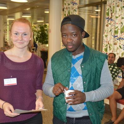 Julia Rehn från Ekenäs gymnasium hjälpte Mustapha Mohammed med en översättning
