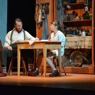 Tobias Zilliacus som Skitu-Kalle och Susanne Marins som Iris Myllymäki i Wasa Teaters uppsättning av Tre systrar och en berättelse.