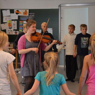 elever danser till folkmusik