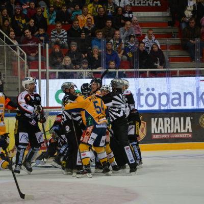 Lite slagsmål framför målet mellan TPS och Lukko