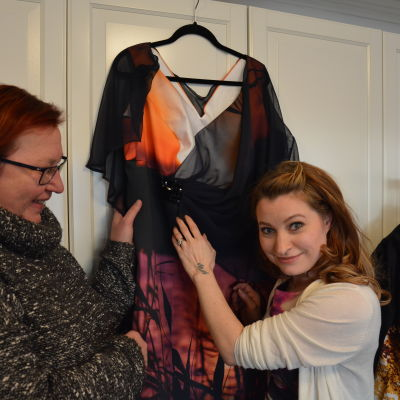 Bild på Päivi Nisulas klänning till slottsbalen 2015, i Mallu Olssons ateljé