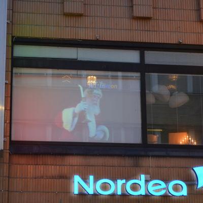 Jultomte på projektor som reklam