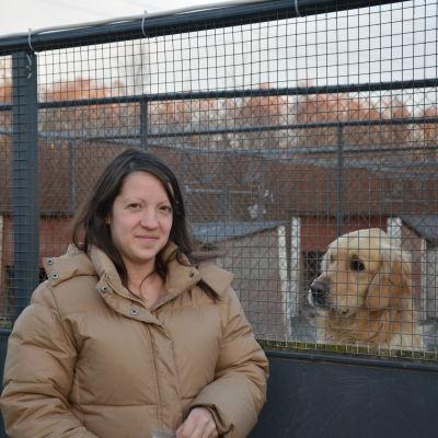 Niina Männistö vid hundgården Kulkuri tillsammans med hunden Bobi som söker nytt hem.