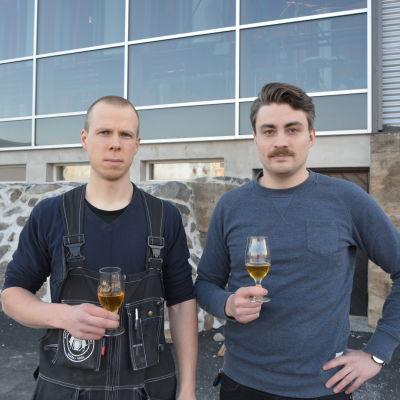 Bryggare Teemu Tapio och vd Jura Mikkonen.