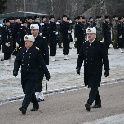 Marinens kommendör Veijo Taipalus till höger, december 2015