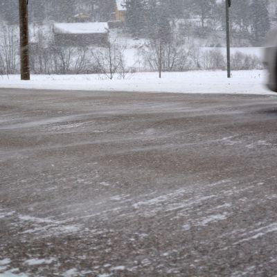 Bil kör på halt underlag