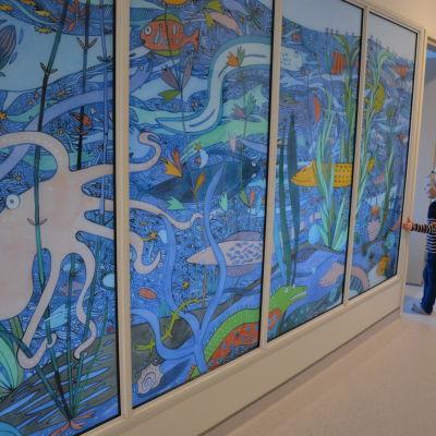 Väggmålning i glas i daghemmet Silva