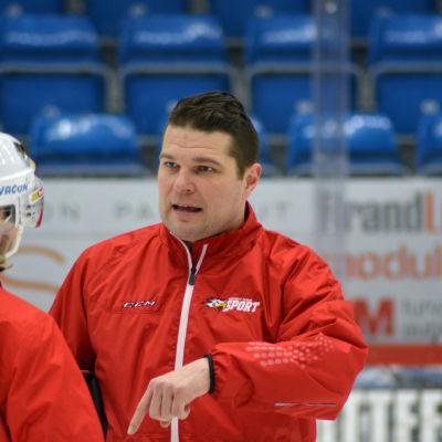 Tomek Valtonen styr och ställer på isen med Vasa Sport.