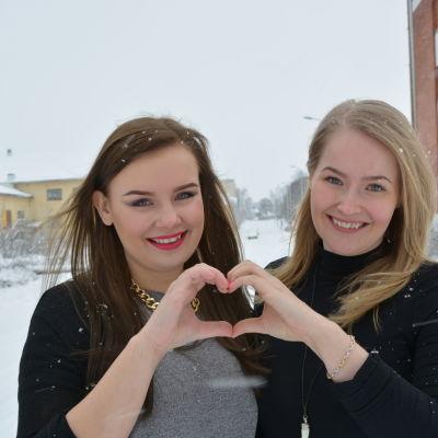 Emma Tallgren och Janina Kronlund firar vändagen.