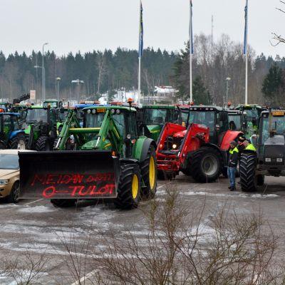 Traktorer samlade i Söderkulla inför traktormarschen.