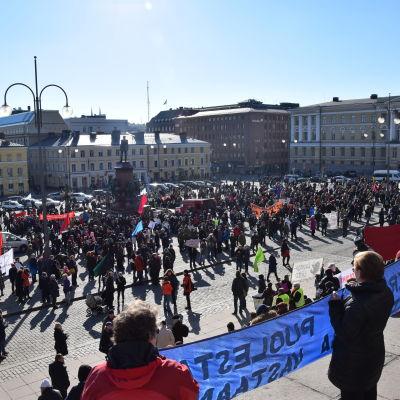 Demonstranter på Senatstorget den 12 mars 2016.