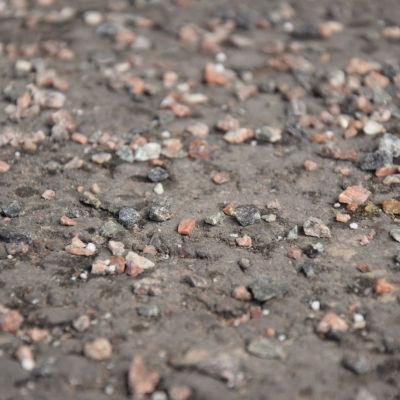 Grus på asfalterad yta