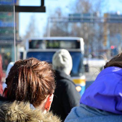 Passagerare väntar på bussen i Vasa.