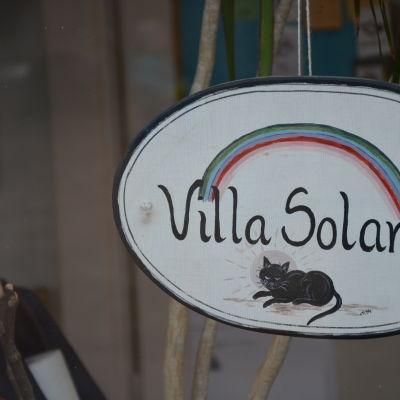 Skylten för daghemmet Villa Solaris i Åbo.