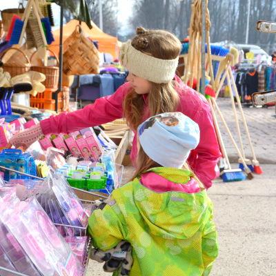 Barn på Lovisa marknad