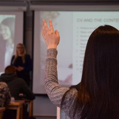 En elev markerar på lektionen.