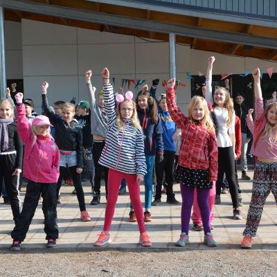 Elever i Kirjala skola deltog i dansens dag