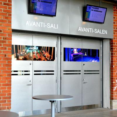Dörrar och tegelvägg utanför Avanti-salen i Konstfabriken
