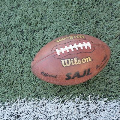 En amerikansk fotboll med amerikanska fotbollsförbundet SAJL:s logo.