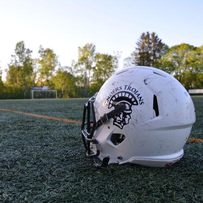 Amerikansk fotbollshjälm med Turku Trojans logo.