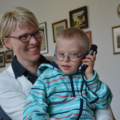 Anna Öhman med sonen Isak.
