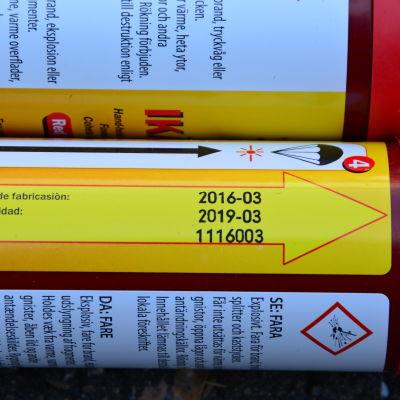 Nödraket i förpackning med datumstämpel.