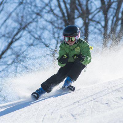Barn skidar slalom.