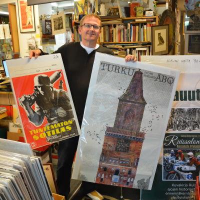 Kimmo Lampinen med några av sina affischer.