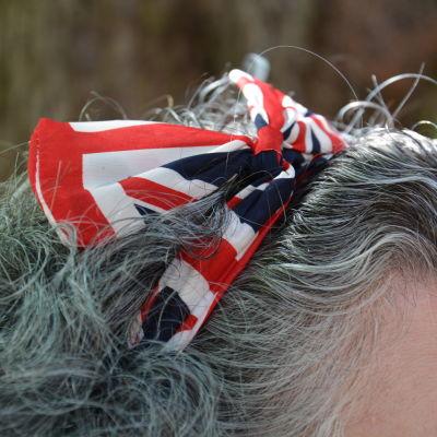 Hårband med engelska flaggans mönster.