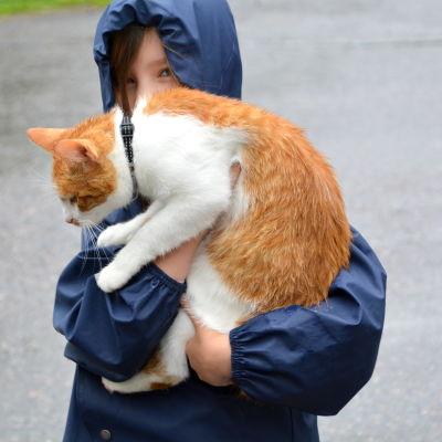 Noomi Grundström med katten Morris.
