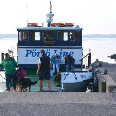 Pörtö Lines båt i Kalkstrands hamn.