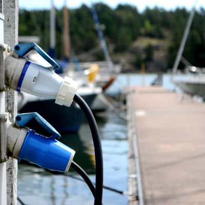 landströmskablar i gästhamnen Porkala Marin.