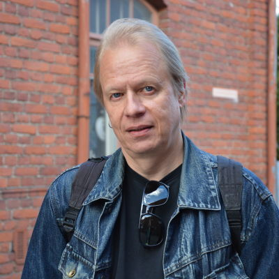 Peter Sanström. I bakgrunden syns murbruk.